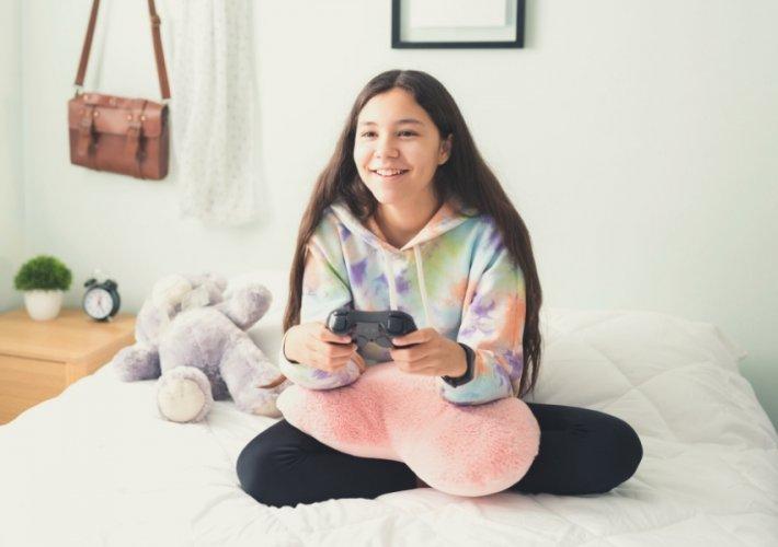 Tween girl gamer