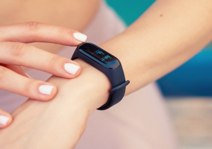 Girl wearing a fitness tracker - best fitness trackers for tweens